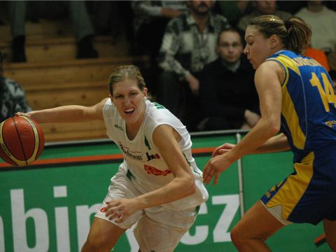 Jana Vesela (Brno) on her way to the basket, but Svetlana Kouznetsova trying to bloc
